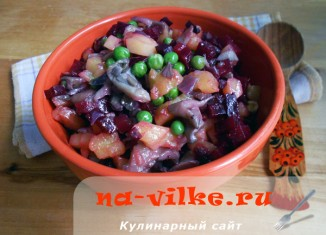 Свекольный салат с жареными вешенками