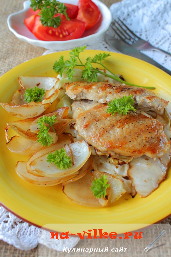 Свинина на сковороде гриль с луком и капустой