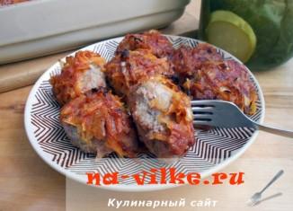 Свиные котлеты с капустой, запеченные под соусом в духовке