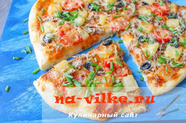 Пицца со свининой и ананасами