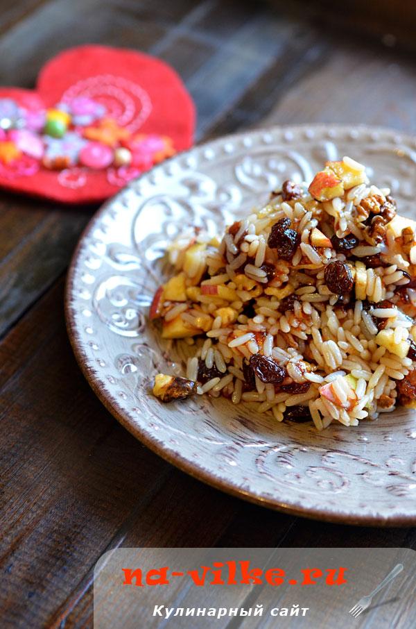 Сладкий рис с изюмом, орехами и яблоками