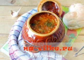 Красный борщ в глиняном горшочке из духовки