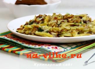 Жареная картошка с грибами вешенками, луком и зеленью