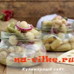 Салат-закуска из маринованных початков кукурузы с огурцами и грибами
