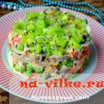 Изысканный салат с отварным языком и крабовыми палочками