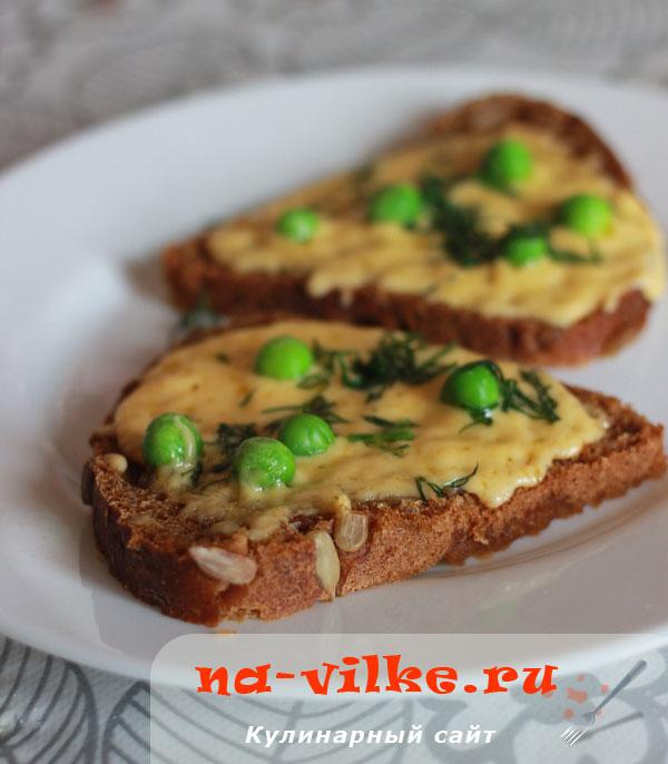 Бутерброды с сыром и зеленым горошком