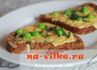 Бутерброды с зелёным горошком и сыром в микроволновке