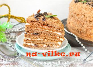 Торт медовик из шоколадного теста с кремом из сметаны и кусочками чернослива