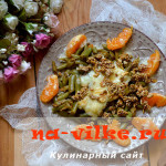 Спаржевая зелёная фасоль с чесноком и кунжутом под плавленным сыром.