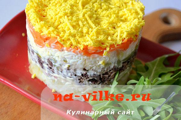 Салат с маринованным луком и куриной печёнкой