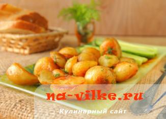 Жарим молодую картошку на сковороде с укропом и чесноком