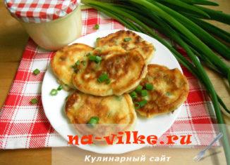 Пышные оладьи на кефире с зелёным луком и вареными яйцами