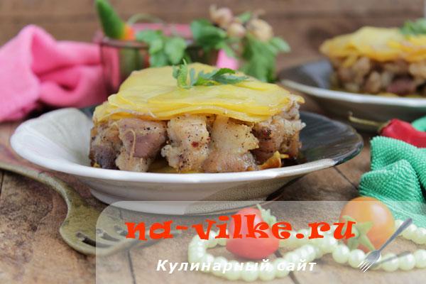 Запекаем картофель со свининой и сливочным маслом в формах