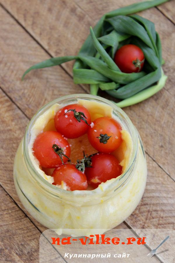 Омлет с моцареллой и томатами в банке