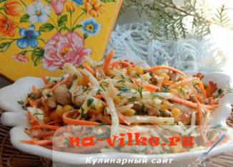 Аппетитный и яркий салат из курицы с дайконом и кукурузой