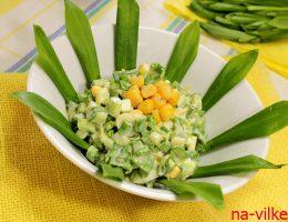Салат с черемшой и кукурузой