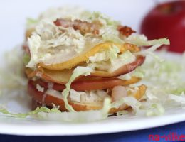 Башенки из яблок с пекинской капустой и беконом