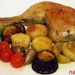 Куриный окорочок запечённый с овощами