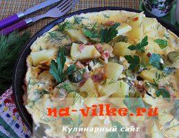 Омлет со сметаной, солеными огурцами, беконом и картофелем