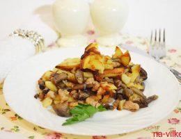 Жареный картофель с опятами и фаршем