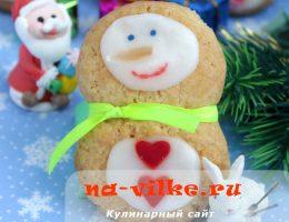Рассыпчатое печенье на сливочном масле в форме снеговика