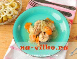Тушеный пеленгас с морковью и луком