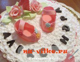 Украшаем торт для девочки пинетками из розовой мастики
