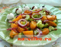 Салат из хурмы, красного лука и сельдерея