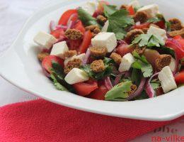 Салат с помидорами, фетой и сухариками