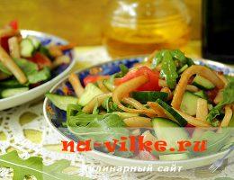 Вкусный салат из свежих овощей и кальмаров