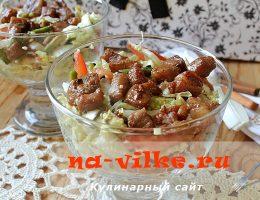 Вкусный салат с жареной свининой, кунжутом и овощами