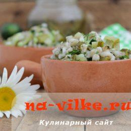Салат из перловки с огурцами и луком