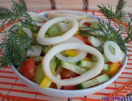 Салат из овощей с кальмарами