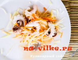 Салат с осьминогами и зеленым манго