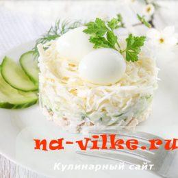 Салат из плавленого сыра, свежего огурца и куриного филе.