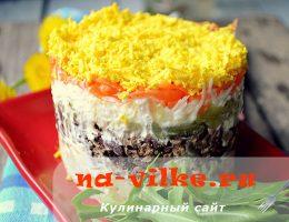 Салат в кольце с печенью, луком и маринованным огурцом