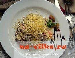 Вкусный салат из отварного языка, сыра, грибов и редьки