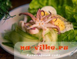Зеленый салат с кальмарами, огурцом и яйцом