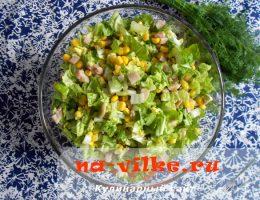 Простой и вкусный салат из копченой курицы, кукурузы, капусты
