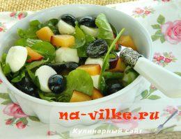 Салат с виноградом и сливами с моцареллой