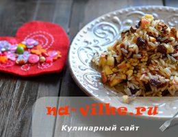 Сладкая рисовая каша с яблоками, орехами и изюмом