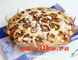Пирог со свежими сливами и миндальными лепестками
