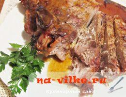 Румяная свинина, запеченная в духовке с яблоками, медом и луком