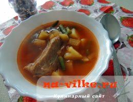 Томатный суп со свининой и овощами