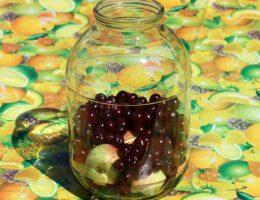 Вишня и яблоки в банке для компота