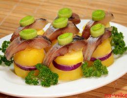 Порционная закуска из сельди с картофелем
