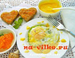 Завтрак: яичница, сливочно-лимонный соус, тосты с вареньем