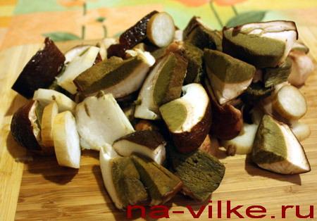 Белые грибы нарезаны