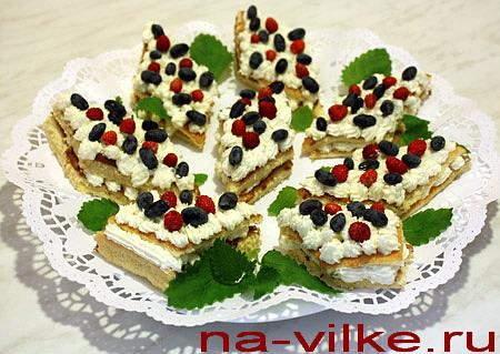 Бисквитные ромбики с лесными ягодами
