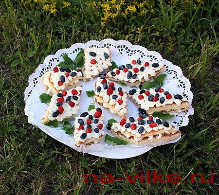 Бисквитные ромбики с земляникой и жимолостью
